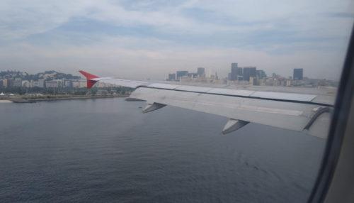 aile d'avion au-dessus de la ville