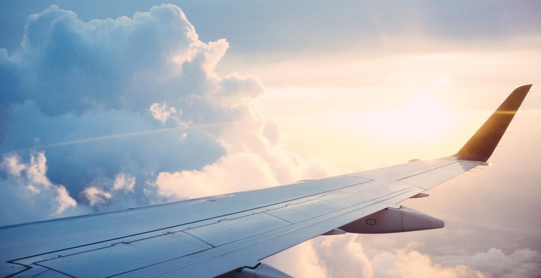 Aile d'un avion dans les nuages