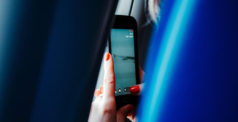 Femme sur téléphone mobile